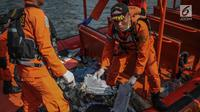 Petugas Basarnas menunjukkan serpihan pesawat Lion Air JT 610 yang jatuh di Posko Evakuasi, Tanjung Priok, Jakarta, Senin (29/10). Pesawat Lion Air JT 610 dilaporkan hilang sekitar pukul 06.00 WIB. (Liputan6.com/Faizal Fanani)