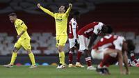 Pemain Villarreal, Juan Foyth (kiri) dan Manu Trigueros merayakan kemenangan atas Arsenal pada akhir leg kedua semifinal Liga Europa di Emirates Stadium, Jumat (7/5/2021) dinihari WIB. Villarreal menyingkirkan Arsenal dan lolos ke final setelah mencatatakan skor imbang 0-0. (AP Photo/Alastair Grant)
