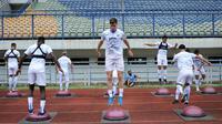 Nick Kuippers (tengah) mengikuti sesi pemanasan bersama penggawa Persib lainnya di Stadion Gelora Bandung Lautan Api, Senin (19/10/2020). (Dok. Persib Bandung)