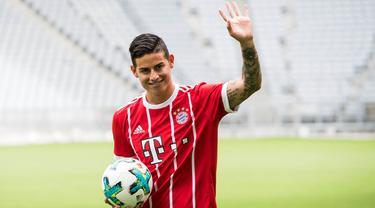 Mantan pemain Real Madrid, James Rodriguez, diperkenalkan sebagai pemain baru Bayern Munchen di Stadion Allianz Arena, Munchen, Rabu (12/7/2017). (EPA/Lukas Barth)