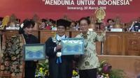 Direktur PT Sido Muncul Tbk Irwan Hidayat bersama Anne Avantie menerima penghargaan konservasi dari Universitas Negeri Semarang. (foto: Liputan6.com/edhie prayitno ige)