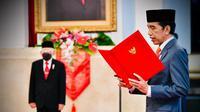 Presiden Joko Widodo (kanan) melantik enam baru menteri Kabinet Indonesia Maju di Istana Negara, Jakarta, Rabu (23/12/2020). Pelantikan tetap menerapkan protokol kesehatan. (Foto: Muchlis Jr - Biro Pers Sekretariat Presiden)