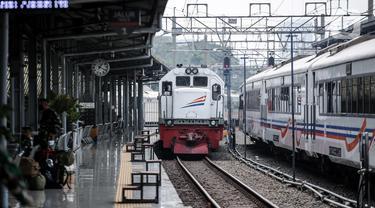 Kereta jarak jauh tiba di Stasiun Pasar Senen, Jakarta, Jumat (10/7/2020). PT KAI telah mengoperasikan lima perjalanan kereta jarak jauh untuk tujuan Bandung, Cirebon, dan Surabaya mulai Jumat 10 Juli 2020. (Liputan6.com/Faizal Fanani)