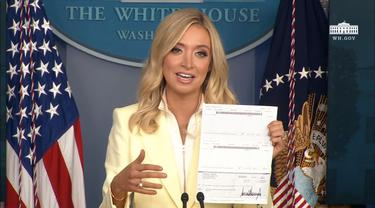 Jubir Gedung Putih, Kayleigh McEnany, menunjukan sumbangan gaji Presiden AS Donald Trump untuk temukan obat Virus Corona (COVID-19).