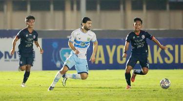 Pemain Persela Lamongan, Jabar Sharza, berusaha melewati pemain Arema FC pada laga BRI Liga 1 di Stadion Madya, Jakarta, Minggu (3/9/2021). (Bola.com/M Iqbal Ichsan)