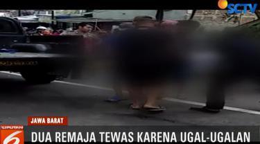 Menurut saksi mata, sebelumnya kedua remaja ini ugal-ugalan mengendarai sepeda motor dan akhirnya menabrak mobil box.