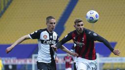 Bek AC Milan, Theo Hernandez (kanan) berebut bola dengan bek Parma, Andrea Conti dalam laga lanjutan Liga Italia 2020/2021 pekan ke-30 di Ennio-Tardini Stadium, Parma, Sabtu (10/4/2021). AC Milan menang 3-1 atas Parma. (LaPresse via AP/Spada)