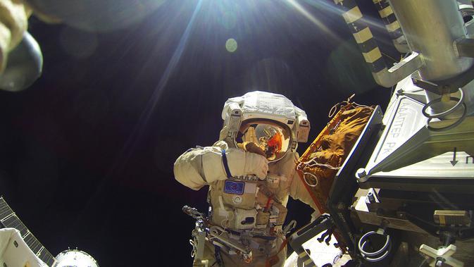 Kosmonot Rusia Sergei Volkov sedang melakukan spacewalk diluar badan Stasiun Luar Angkasa Internasional (ISS), (7/2). Sergei Volkov merupakan anggota dari 46/47 NASA yang melakukan pekerjaan di ISS. (REUTERS/Roscosmos)