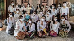 21 Perempuan dari berbagai profesi berkerjasama dengan Belantara Budaya Indonesia menggunakan 21 Wastra mengadakan fashion show dalam acara memperingati Hari Kartini, di Jakarta, Rabu (21/04/2021). (Liputan6.com/Johan Tallo)