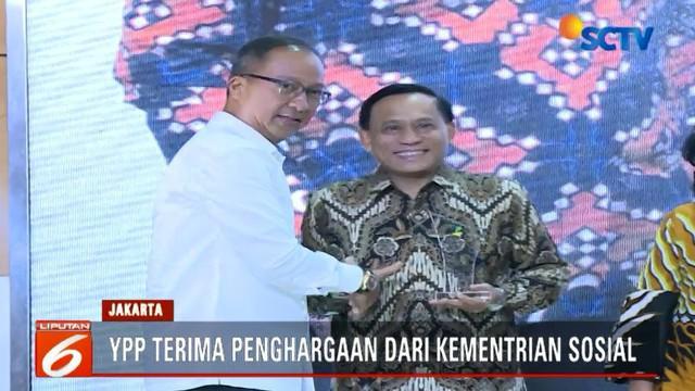 Penghargaan yang diberikan oleh Mensos Agus Gumiwang Kartasasmita ini diterima Direktur Utama Indosiar yang sekaligus Ketua Umum YPP.