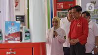 Presiden Joko Widodo (kanan) mendengarkan keterangan Dirut Pertamina Nicke Widyawati saat meresmikan Implementasi Program Biodiesel 30 persen (B30) di SPBU MT Haryono, Jakarta, Senin (23/12/2019). Jokowi menargetkan implementasi program B40 pada 2020 dan B50 pada 2021. (Liputan6.com/Angga Yuniar)
