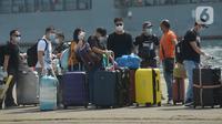 Pekerja migran Indonesia yang didominasi warga negara asing tiba di Dermaga JICT Pelabuhan Tanjung Priok, Jakarta,  dengan menggunakan kapal MV Costa Mediterania pada Selasa (6/10/2020). Dari total 99 orang yang tiba, 82 di antaranya adalah WNA dari delapan negara. (merdeka.com/Imam Buhori)
