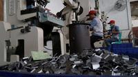 Sejumlah pekerja menyelesaikan pembuatan komponen kendaraan bermotor di industri logam Bengle, Tegal, Rabu (10/10). Kementerian Perindustrian menargetkan Industri Kecil dan Menengah (IKM) tumbuh 11 persen hingga akhir 2018 . (Liputan6.com/HO/Eko)