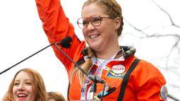 Komedian Amy Schumer berbicara diatas panggung saat mengikuti Women's March di Washington, AS (21/1). Acara yang akan dilakukan di Washington ini menuai dukungan dari banyak artis papan atas. (AP Photo / Jose Luis Magana)