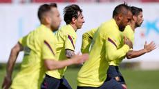 Para pemain Barcelona menggelar latihan di Joan Gamper, Barcelona, Senin (25/5/2020). Latihan tersebut untuk persiapan jelang kembali bergulirnya La Liga Spanyol. (AFP/Miguel Rui)