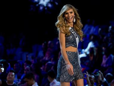Miss Spanyol Angela Ponce dalam balutan gaun malam pada babak penyisihan Miss Universe 2018 di Bangkok, (13/12). Angela Ponce menoreh sejarah sebagai  kontestan transgender pertama yang secara terbuka menjadi wakil di Miss Universe (AP/Gemunu Amarasinghe)