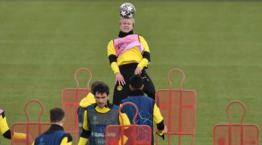 Penyerang Borussia Dortmund, Erling Haaland menyundul bola selama sesi latihan sebelum pertandingan leg kedua perempat final Liga Champions di Dortmund, Jerman, Selasa (13/4/2021).  Borussia Dortmund akan menjamu Manchester City pada Kamis, 15 April 2021 dini hari WIB. (AP Photo/Martin Meissner)