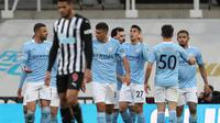 Para pemain Manchester City merayakan gol penyeimbang 1-1 ke gawang Newcastle United yang dicetak bek Joao Cancelo (tengah) dalam laga lanjutan Liga Inggris 2020/2021 pekan ke-36 di St James' Park, Newcastle, Jumat (14/5/2021). Manchester City menang 4-3 atas Newcastle. (AFP/Scott Heppell/Pool)