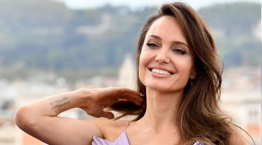 Cantiknya Angelina Jolie Bergaun Ungu di Roma