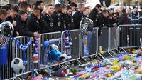 Pemain Leicester City memberi penghormatan kepada korban kecelakaan helikopter yang menewaskan pemilik Leicester City Vichai Srivaddhanaprabha di luar Stadion King Power, Inggris, Senin (29/10). (Paul Ellis/AFP)