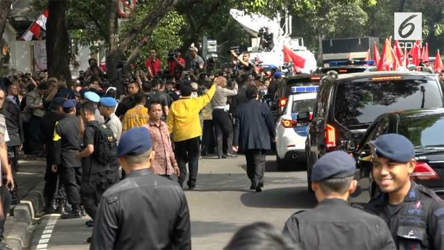 Rombongaan Capres dan Cawapres Jokowi dan KH Ma'ruf Amin tiba di gedung KPU, banyaknya rombongan pengantar membuat petugas keamanan melarang sebagian rombongan masuk ke gedung KPU