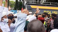 Massa Aksi 1812 Sudah Berkumpul Untuk Menyampaikan Aspirasi Membebaskan Pimpinan FPI Rizieq Shihab. (Foto: Yopi Makdori/Liputan6.com).
