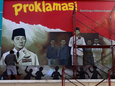 Pekerja tengah membuat mural detik detik proklamasi kemerdekaan Republik Indonesia di Pondok Aren, Tangerang Selatan, Rabu (22/7/2020). Pembuatan mural tersebut untuk menyambut HUT ke-75 kemerdekan RI pada bulan Agustus mendatang. (Liputan6.com/Angga Yuniar)