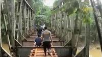 Warga gunakan jembatan zaman Belanda