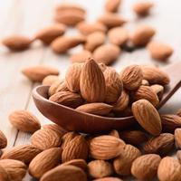 Kacang almond kaya akan Omega-3 yang bisa melawan efek penuaan.