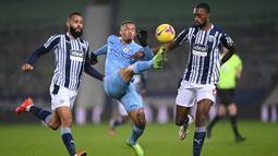 Striker Manchester City, Gabriel Jesus, menendang bola saat melawan West Bromwich Albion pada laga Liga Inggris di Stadion The Hawthorns, Selasa (27/1/2021). City menang dengan skor 0-5. (Michael Regan/POOL/AFP)