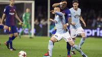 Gelandang Barcelona, Paulinho, berebut bola dengan gelandang Celta Vigo, Lobotka, pada leg pertama babak 16 besar Copa del Rey di Stadion Balaidos, Kamis (4/1/2018). Kedua tim bermain imbang 1-1. (AP/Lalo R. Villar)