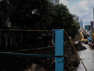 Suasana pengerukan Kali Krukut di Kawasan Kebayoran Baru, Jakarta, Rabu (13/12). Pengerukan dilakukan untuk membersihkan sedimen lumpur penghambat laju arus air yang berpotensi menimbulkan banjir pada musim hujan. (Liputan6.com/Faizal Fanani)