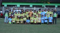 Regas FC, wadah paguyuban pemain profesional asal Kediri, saat melakukan aksi sosial bersama SSB Jarak Putra FC. (Bola.com/Gatot Susetyo)