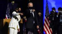Presiden terpilih Joe Biden dan Wakil Presiden terpilih Kamala Harris saat menyampaikan pidato kemenangan Pilpres AS 2020 di Wilmington, Delaware, Amerika Serikat, Sabtu (7/11/2020). Joe Biden dan Kamala Harris memenangkan Pilpres AS 2020. (AP Photo/Andrew Harnik)