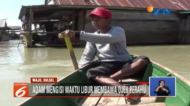Saat teman sebayanya bermain saat mengisi libur sekolah, namun remaja SMP di Parepare ini memilih untuk menjadi pengojek perahu. Apa alasannya?