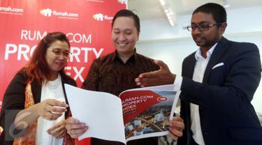 (ki-ka) Ike N. Hamdan, Head of Marketing Rumah.com bersama Josua Pardede, VP Economist PermataBank dan Wasudewan, Country Manager Rumah.com saat Property Index di Jakarta (29/3). (Liputan6.com)
