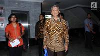 Mantan Wakil Ketua KPK M Busyro Muqoddas (kanan) bersama sejumlah aktivis di gedung MK, Jakarta, Kamis (7/12). Mereka mengajukan permohonan mencabut gugatan pasal 79 ayat 3 UU MD3 tentang hak angket. (Liputan6.com/Helmi Fithriansyah)
