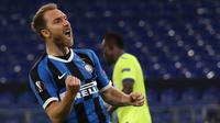 Gelandang Inter Milan, Christian Eriksen, merayakan gol yang dicetaknya ke gawang Getafe pada laga 16 besar Liga Europa 2019/2020 di Veltins Arena, Kamis (6/8/2020) dini hari WIB. Inter Milan menang 2-0 atas Getafe. (AFP/Lars Baron/pool)