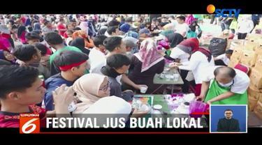 Demi jaga hidup sehat dan stabilitas buah lokal, Komunitas Pecinta Buah Lokal bagikan buah gratis di CFD kawasan Thamrin, Jakarta.