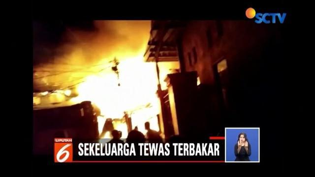 Sebuah rumah panggung di Makassar terbakar pada Senin (6/8) dini hari. Api menjalar hebat hingga satu keluarga menjadi korban meninggal dunia.