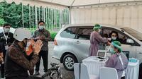 Menteri Pariwisata dan Ekonomi Kreatif (Menparekraf) Sandiaga Uno meninjau pelaksanaan vaksinasi COVID-19 bagi pelaku pariwisata dan ekonomi kreatif di Bali. (dok. Biro Komunikasi Kemenparekraf)