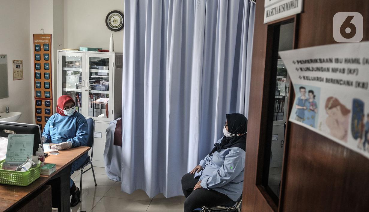 Ibu hamil berkonsultasi dengan dokter di Puskesmas Kecamatan Jatinegara, Jakarta, Kamis (26/11/2020). Pemeriksaan rutin kehamilan secara teratur untuk memantau pertumbuhan dan perkembangan anak dalam kandungan merupakan salah satu upaya penting dalam mencegah stunting. (merdeka.com/Iqbal S. Nugroho)
