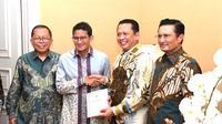 Ketua MPR RI Bambang Soesatyo bersama pimpinan MPR RI mengantarkan undangan pelantikan presiden-wakil presiden 2019-2024 untuk Sandiaga Uno.