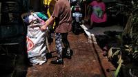 Banjir yang terjadi karena curah hujan yang tinggi meninggalkan sampah di rumah warga di Kebalen, Jakarta.