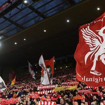Para suporter Liverpool merayakan kemenangan atas Manchester United pada laga Premier League di Stadion Anfield, Liverpool, Minggu (16/12). Liverpool menang 3-1 atas MU. (AFP/Paul Ellis)