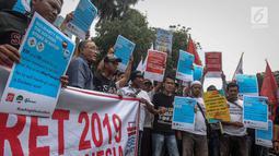 Ratusan pekerja yang tergabung dalam Serikat Pekerja JICT menggelar aksi menutup jalan di depan gedung Kementerian BUMN, Jakarta, Rabu (13/3). Aksi ini menuntut Kementerian BUMN segera memutus kontrak Hutchison di JICT. (Liputan6.com/HO/Asri)