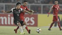 Gelandang Persija Jakarta, Rohit Chand, berebut bola dengan striker Home United, Song Ui-young, pada laga Piala AFC di SUGBK, Jakarta, Selasa (15/5/2018). Persija takluk 1-3 dari Home United. (Bola.com/M Iqbal Ichsan)