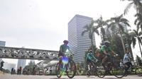Warga berolahraga saat kegiatan Car Free Day (CFD) di Kawasan Sudirman, Jakarta, Minggu (21/6/2020). Pada CFD pertama di masa PSBB Transisi, warga Ibu Kota terlihat lebih memilih bersepeda sebagai sarana olahraga dengan tetap menerapkan protokol kesehatan Covid-19. (merdeka.com/Iqbal Nugroho)