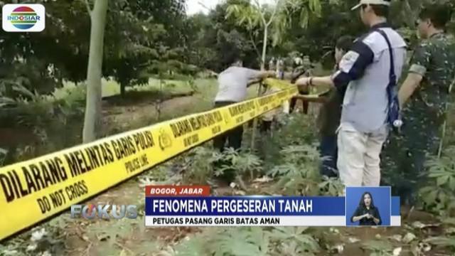 Meski tanah bergerak hingga meretakkan puluhan bangunan, warga Desa Cijayanti, Bogor, tak bersedia tinggalkan pemukiman.