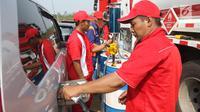Petugas melakukan pengisian BBM untuk kendaraan pemudik di Rest Area KM 344 Tol Fungsional Pemalang-Batang, Jawa Tengah, Senin (11/6). Selama arus mudik Lebaran 2018, PT Pertamina menyediakan kios BBM. (Liputan6.com/Arya Manggala)
